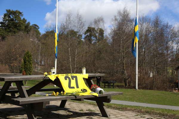 AIK-fansen hyllar målvakten Ivan Turina bilder